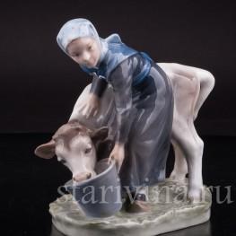 Статуэтка из фарфора Девушка поящая телёнка, Royal Copenhagen, Дания, 1969-74 гг.